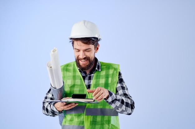 Lavoratore maschio con documenti e disegni cianografie sfondo isolato