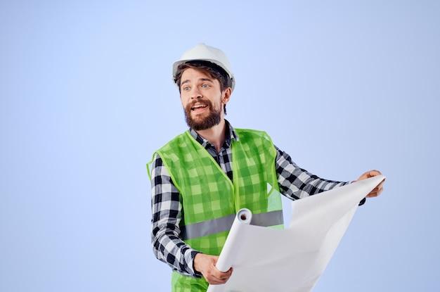 Lavoratore maschio con documenti e disegni cianografie studio industria