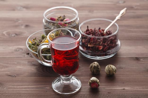 Tè alla malva in vetro con fiori secchi di malva
