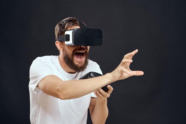 Un uomo con gli occhiali 3d gioca un gioco per computer
