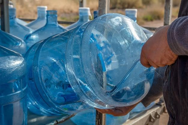 Uomo accomodante bottiglia d'acqua