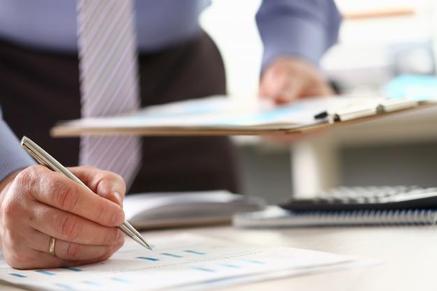 L'uomo compie le statistiche finanziarie corporative di affari
