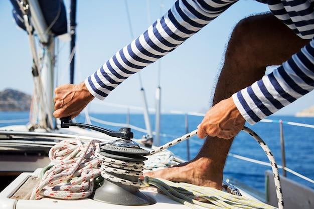 Uomo in azione di tirare la corda