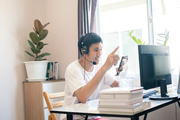 Uomo amministratore di un call center che lavora da casa