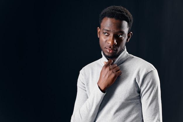 Uomo africano aspetto stile moderno fiducia in se stessi in posa
