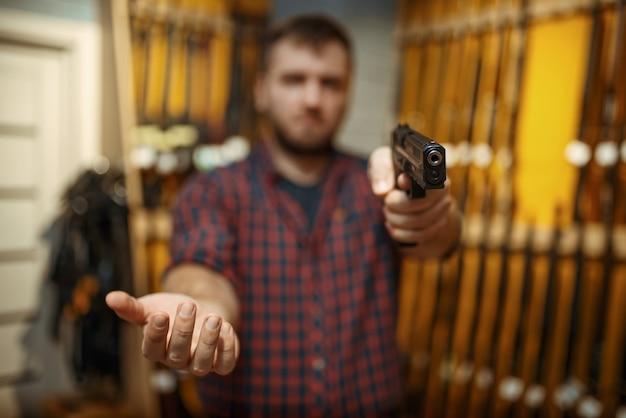 L'uomo mira con una nuova pistola