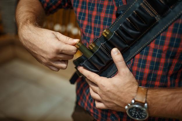 Uomo con cintura di munizioni