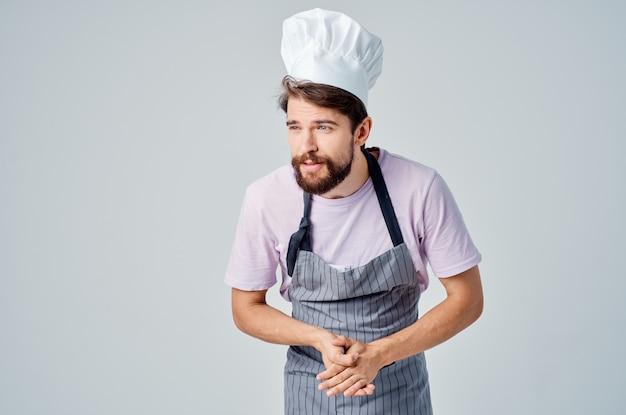 Uomo in grembiule che cucina servizio di lavoro professionale