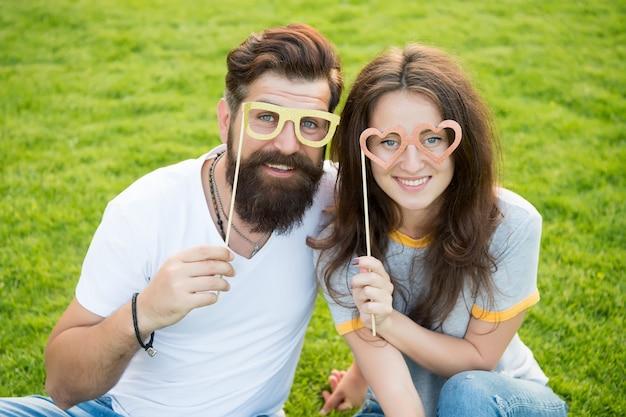 Uomo barbuto hipster e bella donna innamorata. vacanze estive. felici insieme. coppia in amore allegro puntelli dello stand della gioventù. coppia emotiva che irradia felicità. storia d'amore. coppia rilassante prato verde.