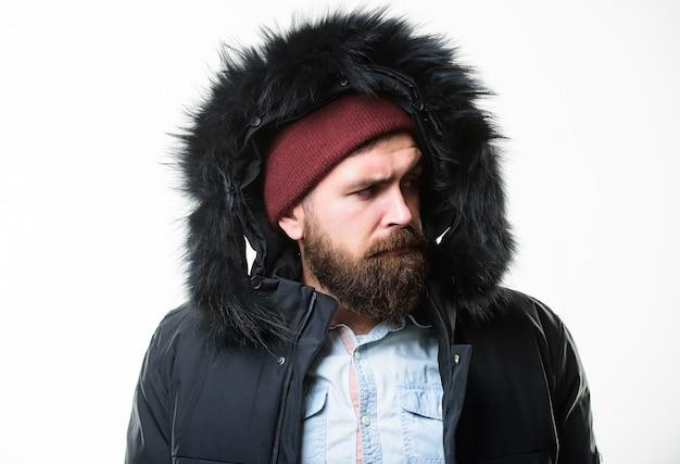 Uomo barbuto stand giacca calda parka isolato su sfondo bianco. moda invernale hipster. il ragazzo indossa una giacca invernale nera con cappuccio. preparato per i cambiamenti del tempo. abbigliamento da uomo invernale alla moda. abito invernale.