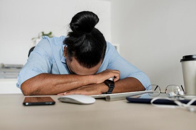 L'uomo è stanco dopo aver passato del tempo al telefono