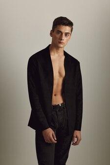 Uomo in blazer nero moda acconciatura glamour stile moderno.