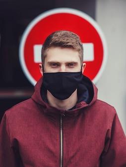 Uomo in maschera nera in città