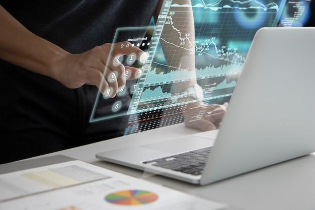 Uomo in nero che tocca il futuristico touch screen virtuale o il tastierino numerico della realtà aumentata mentre si inserisce il codice di sicurezza per accedere all'analisi delle informazioni sugli investimenti