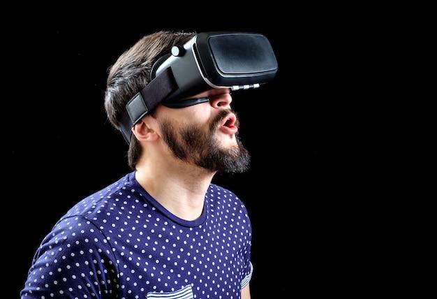 Uomo in maglietta blu punteggiata che indossa la realtà virtuale 3d-cuffia