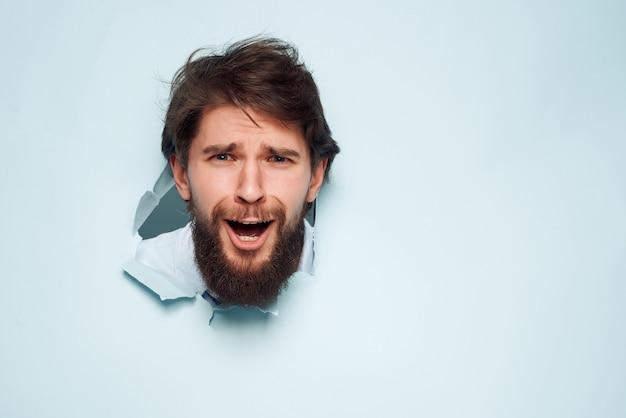 L'uomo in camicia blu sfonda il primo piano dell'ufficio sullo sfondo