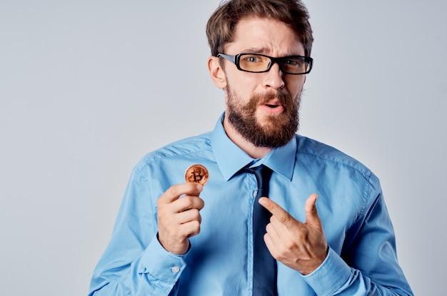 Uomo in camicia blu con ricerca finanziaria tecnologia cravatta tie