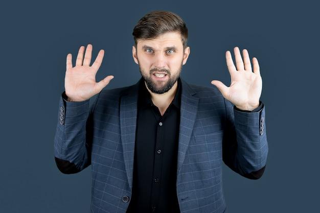 L'uomo vestito di blu alzò le mani con i palmi in fuori