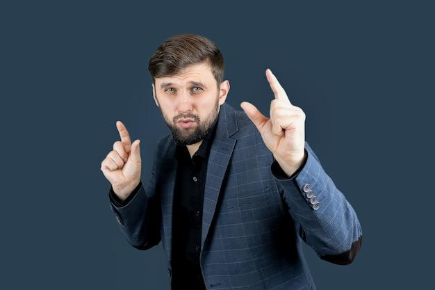 Un uomo vestito di blu mostra segni con il dito