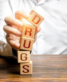 L'uomo rompe i grattacieli con la parola droga combattere la produzione e la distribuzione illecite di droghe