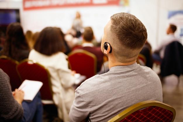 Uomo su presentazione aziendale o formazione di squadra