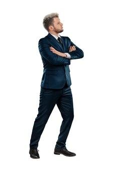 Un uomo in giacca e cravatta, un uomo d'affari incrociò le braccia