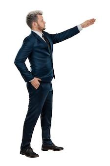 Un uomo in giacca e cravatta, l'uomo d'affari mostra la sua mano in avanti