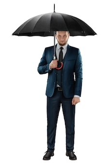 Un uomo in giacca e cravatta, un uomo d'affari con un ombrello