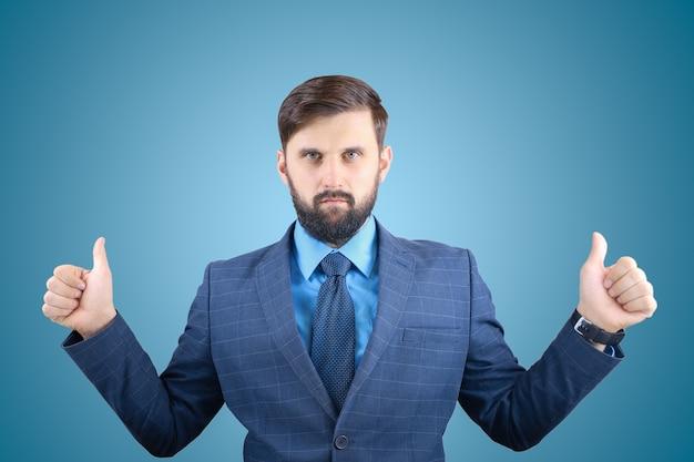 Un uomo in giacca e cravatta dà un pollice in su e un uomo d'affari barbuto fa un gesto della mano.