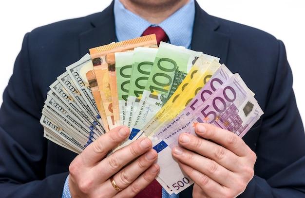 L'uomo in giacca e cravatta detiene le denominazioni in euro