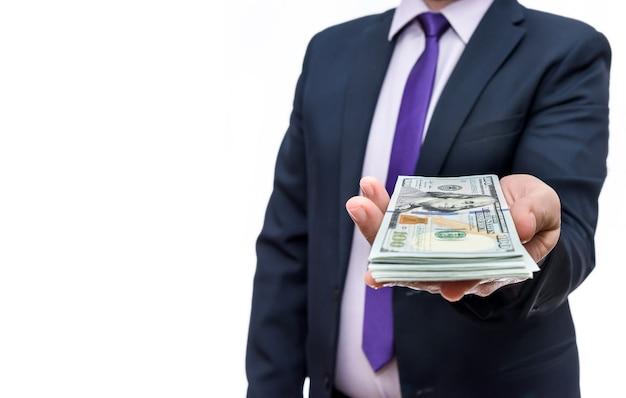 L'uomo in giacca e cravatta detiene tagli di cento dollari