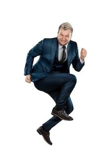 Un uomo in giacca e cravatta, un gioioso uomo d'affari balzò in piedi