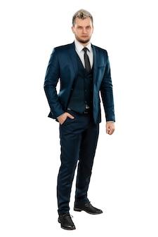Un uomo in giacca e cravatta, un uomo d'affari ben curato