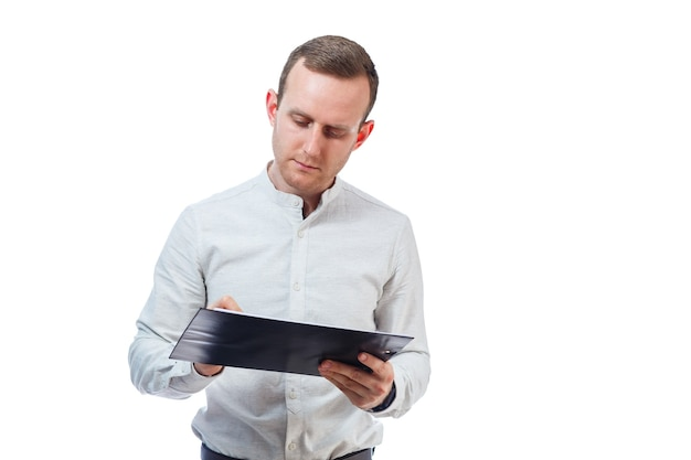 L'uomo d'affari, un insegnante, un mentore, studia e firma i documenti di un nuovo progetto aziendale. isolato su sfondo bianco