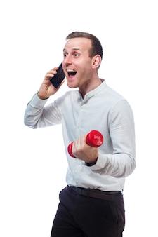 Uomo d'affari, insegnante che parla al telefono e fa sport tiene in mano un manubrio rosso. ritratto emotivo. isolato su sfondo bianco