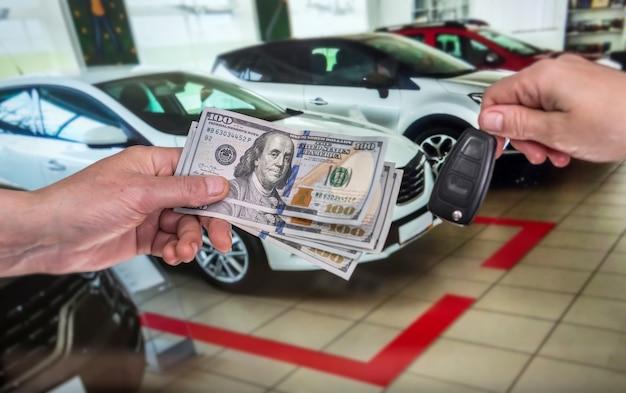 L'uomo acquista una nuova auto per il viaggio, il noleggio di automobili, il concetto di assicurazione di sicurezza