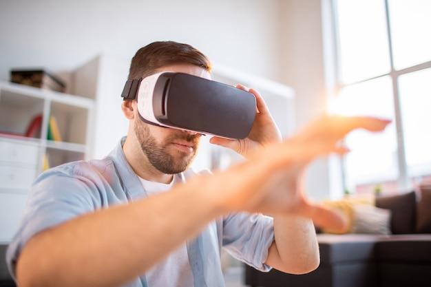 Uomo con display virtuale Foto Premium