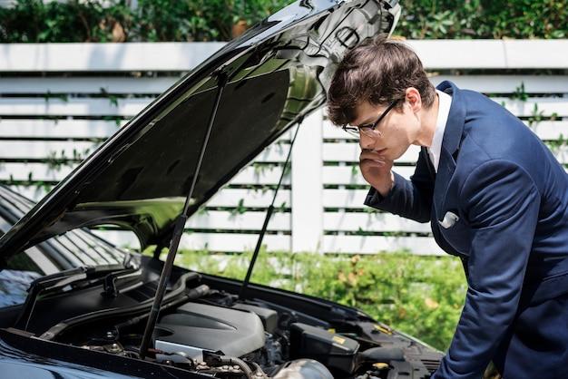 Uomo che chiede aiuto per riparare la sua auto