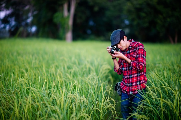 Uomo e una macchina fotografica che scatta una foto e sorride felicemente immagini per il tuo business