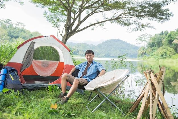 L'uomo campeggio in riva al lago