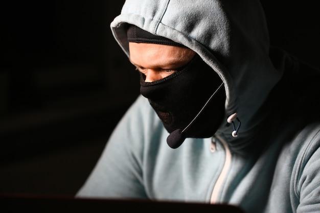 L'uomo cardatore in maschera si collega a darknet