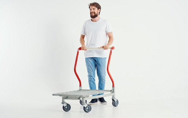 Un uomo in un carrello da carico su un supereroe dello spazio leggero che trasporta oggetti pesanti