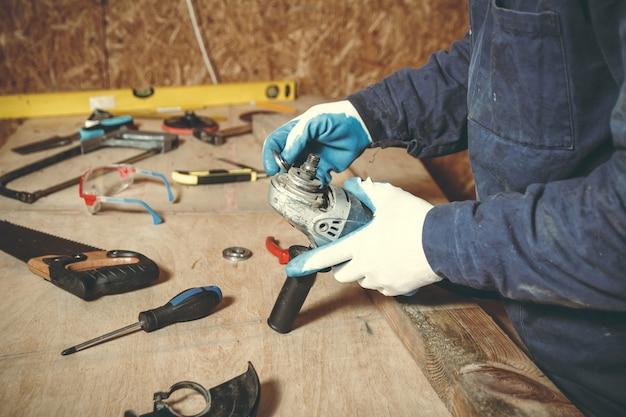 Falegname uomo nella riparazione dei loro strumenti di lavoro nella sua officina