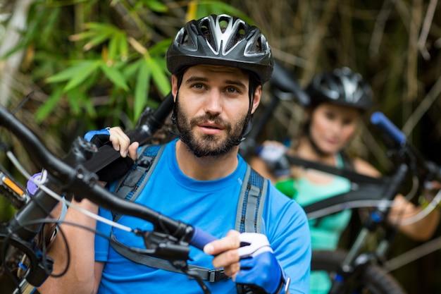 Uomo che trasporta mountain bike