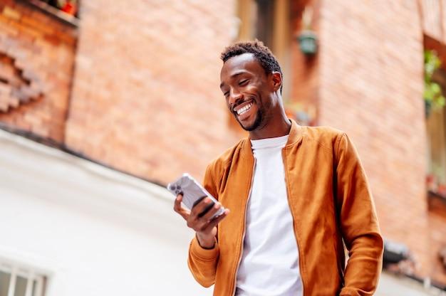 Uomo in chat con cellulare e sorridente