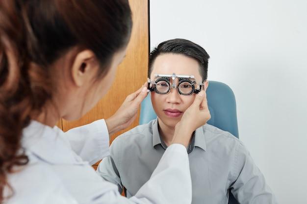 Uomo che controlla la vista in ospedale