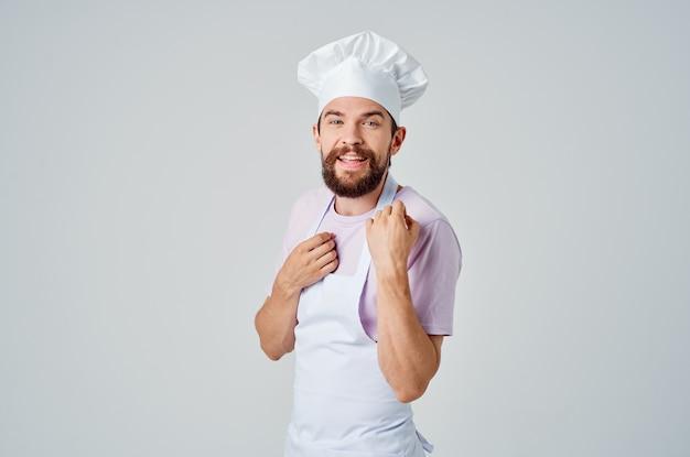 Uomo in abiti da chef lavoro professionale cucina