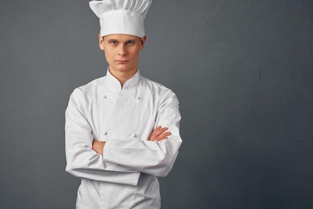 Uomo in uniforme da chef professionale ristorante lavoro gourmet