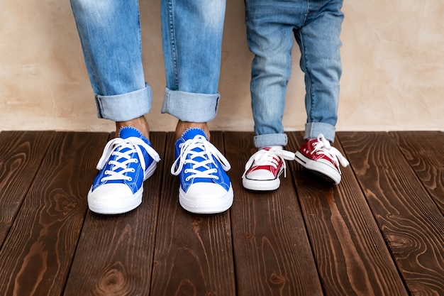 Uomo e bambino a casa. padre e figlio che si divertono insieme.