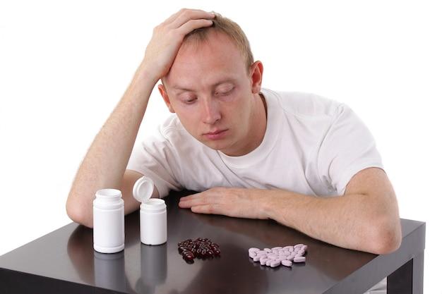 L'uomo sceglie tra due diverse pillole